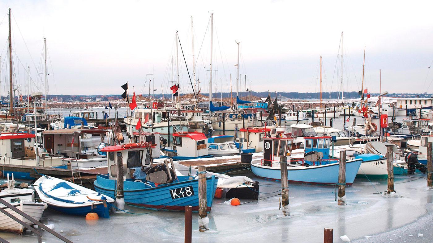 Lader du din båd ligge i vandet henover vinteren? Et godt råd er at tage en kammerat med, når du skal tilse båden i kulden, så er der nogen til at hjælpe, hvis du fx falder over bord.