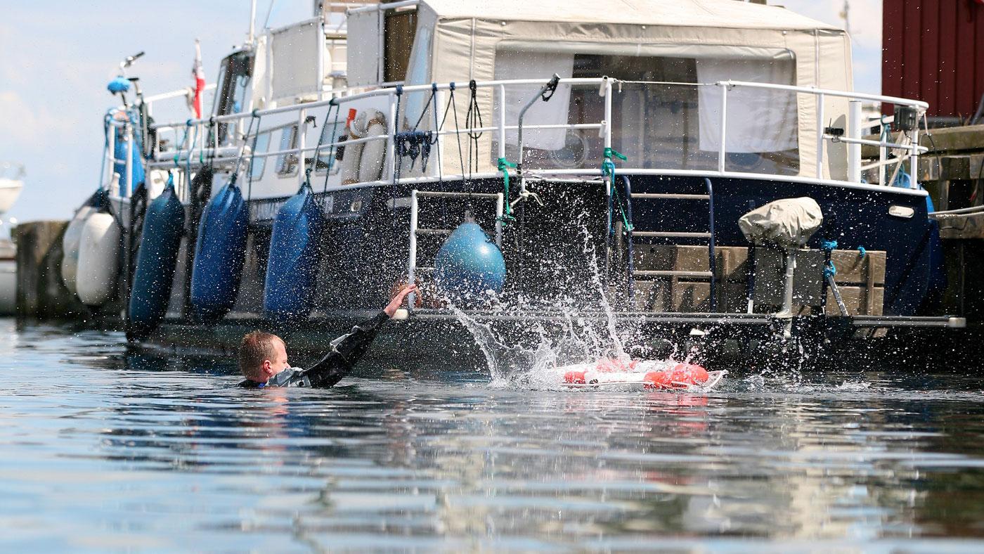 Se videoen, hvor Michael Iwersen fra TrygFonden Kystlivredning viser, hvordan du kaster en redningskrans til en nødstedt i vandet.