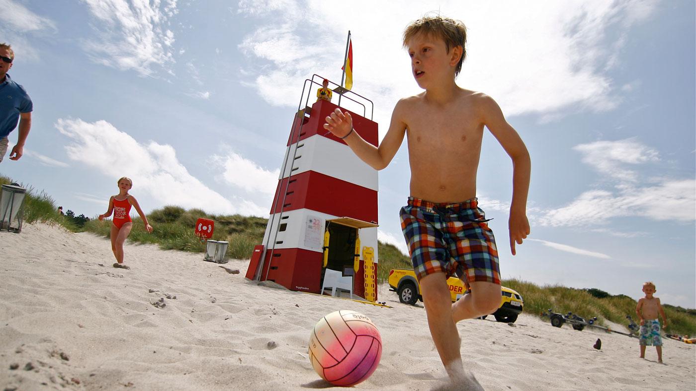 Se videoen, hvor Michael Iwersen fra TrygFonden Kystlivredning fortæller, hvorfor du aldrig må slippe børnene af syne på stranden.