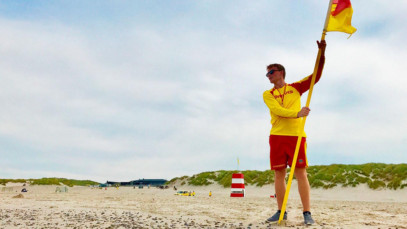 Efter endnu en travl uge for livredderne med fem livreddende aktioner: Bad mellem de rød-gule livredderflag.