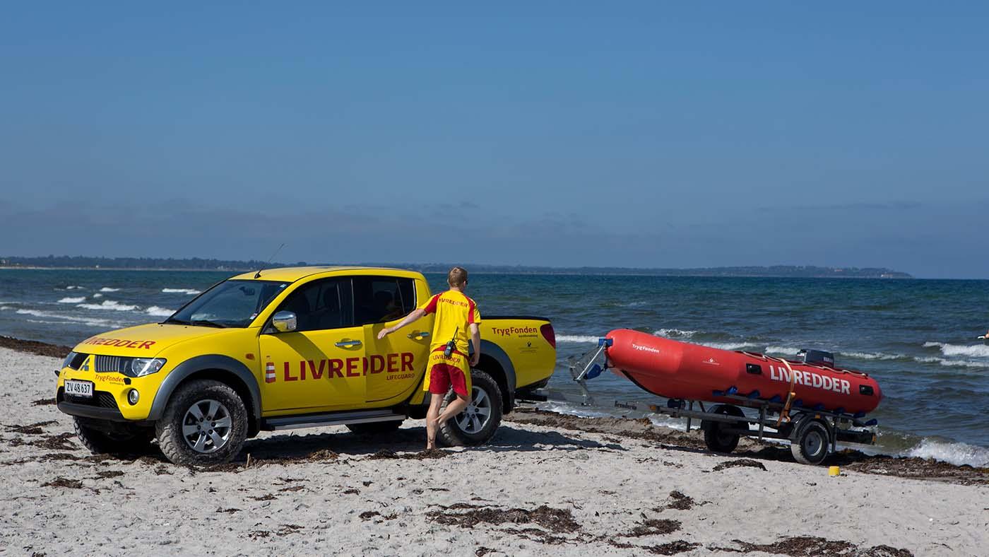 Hvordan er en typisk dag som kystlivredder? Se filmen og find ud af det.