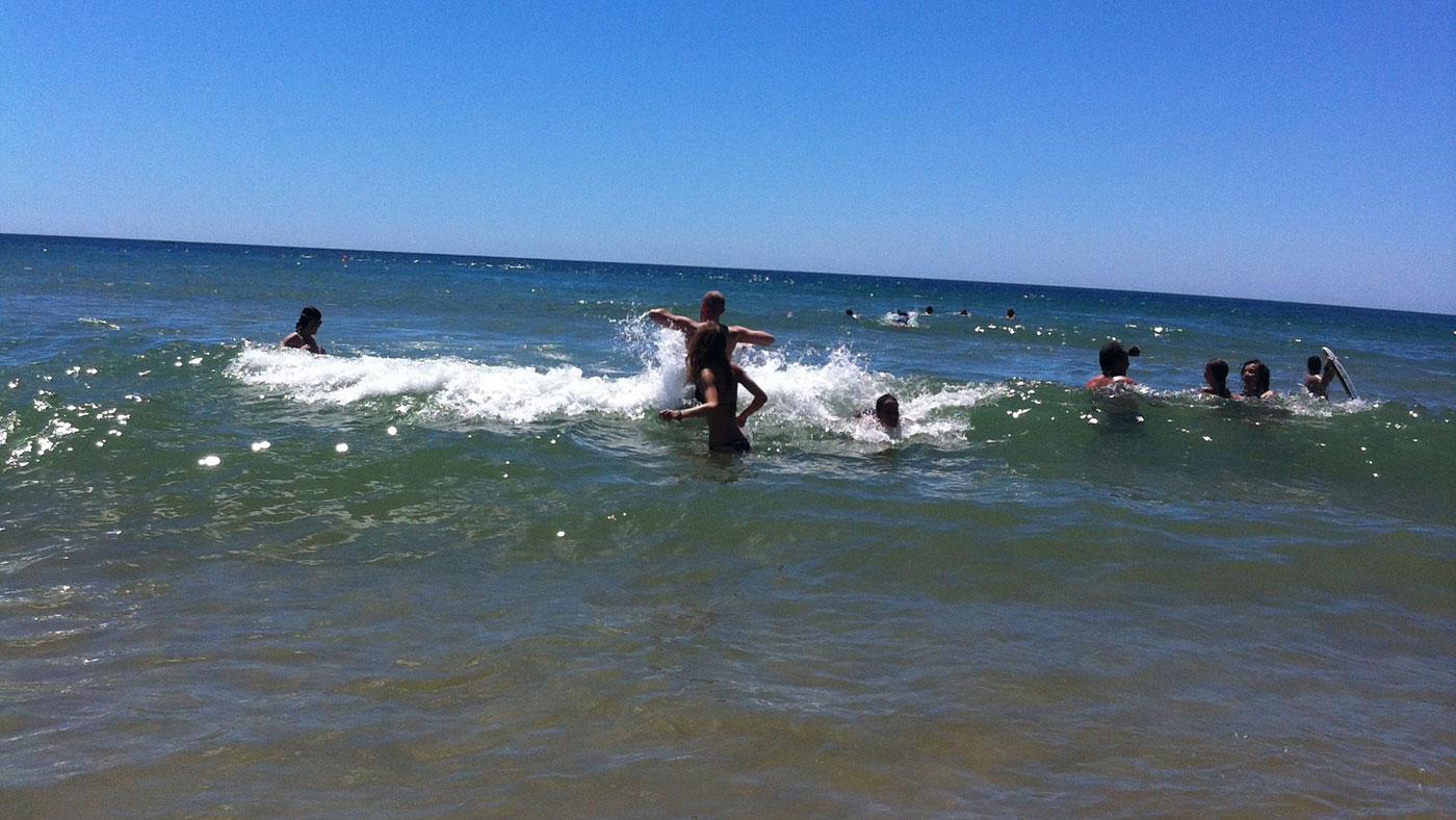 Revlehuller er skyld i mange drukneulykker. Selv rutinerede svømmere kan drukne i revlehuller på grund af panik eller udmattelse, fordi de bliver i revlehullet og forsøger at svømme mod udstrømningen.